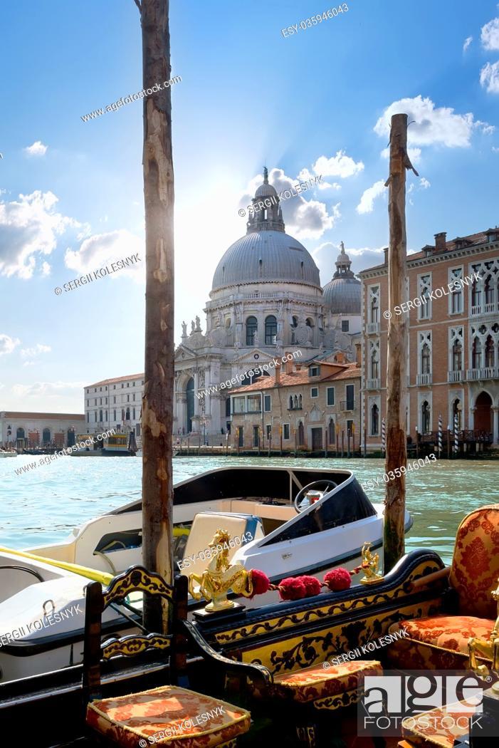 Imagen: Boats near Santa Maria della Salute in Venice, Italy.