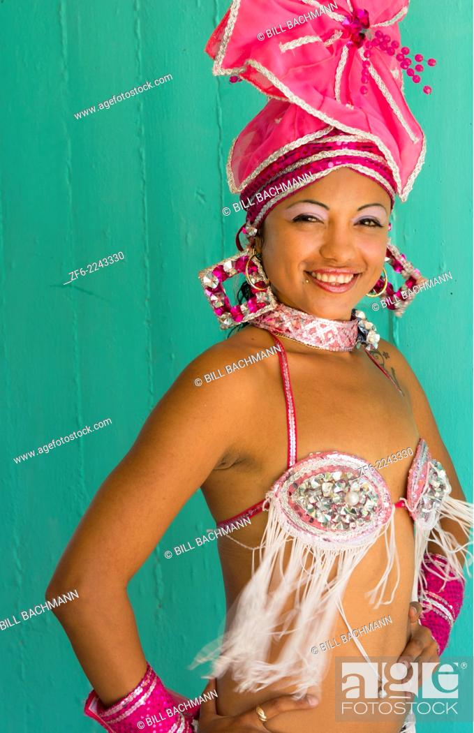 Imagen: Trinidad Cuba beautiful dancer in costume portrait with headress and color from tourist show 12.