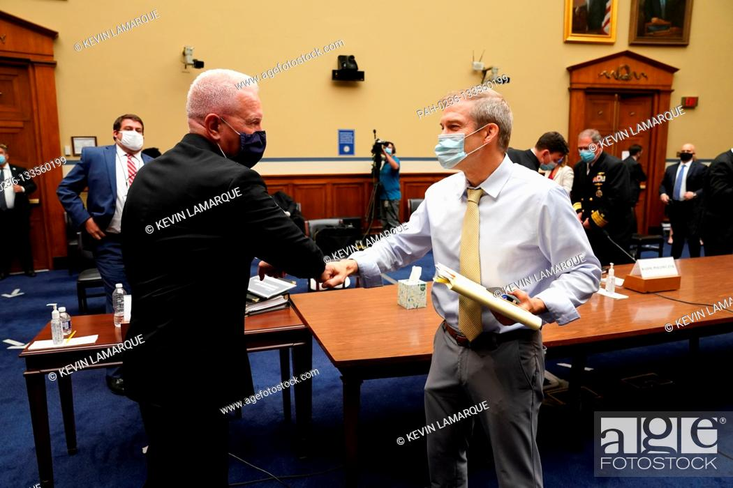 Photo de stock: Admiral Brett Giroir, United States Assistant Secretary for Health offers an elbow bump to United States Representative Jim Jordan (Republican of Ohio) and gets.