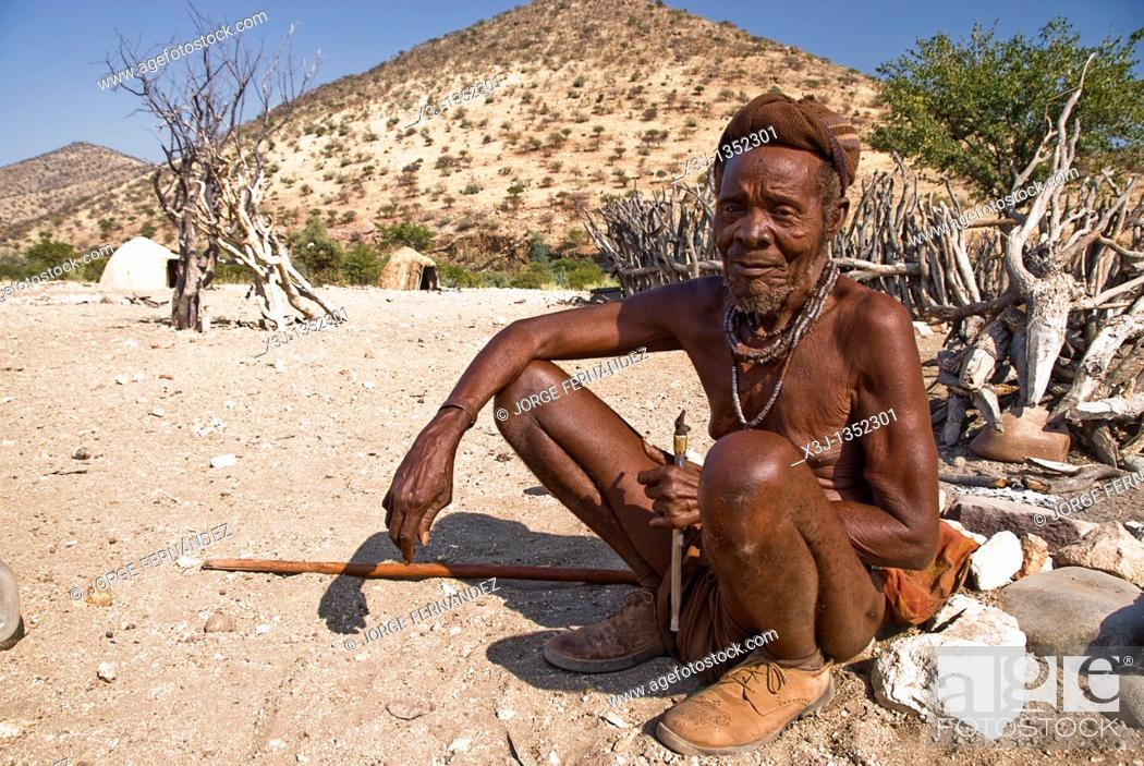 Imagen: Old Himba man in a village near Epupa Falls, Namibia, Africa.