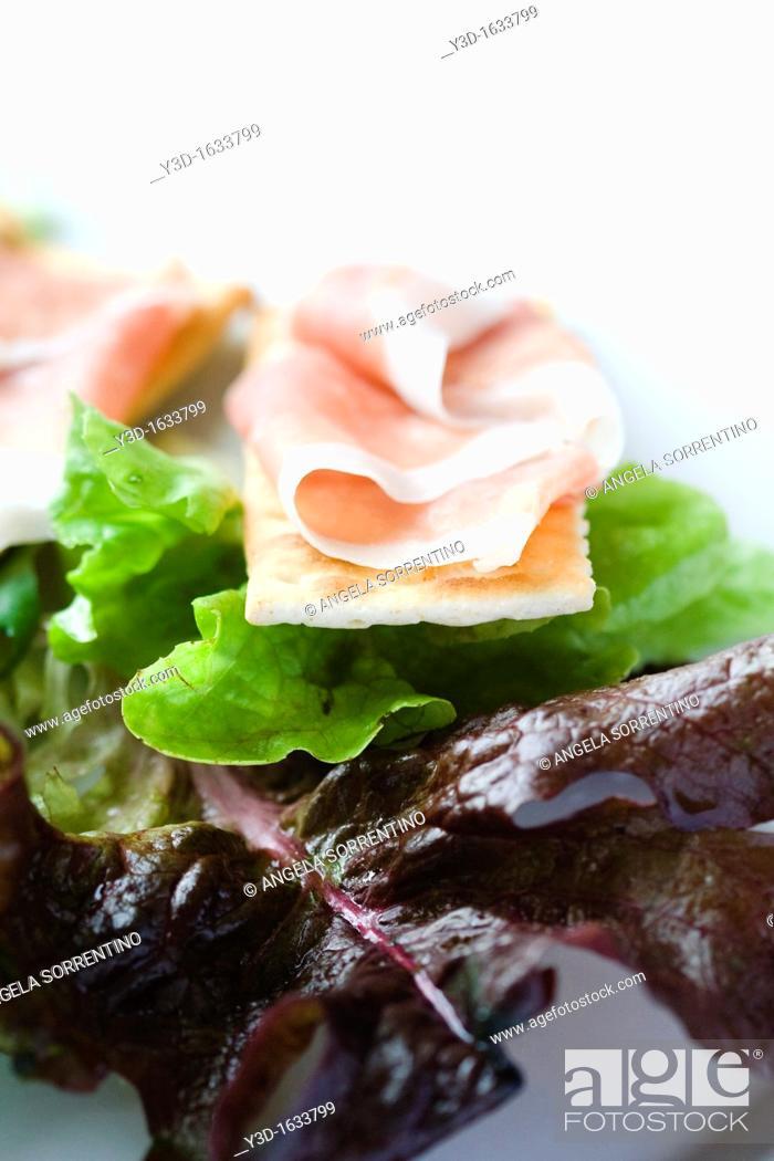 Imagen: Salad with cracker and ham.