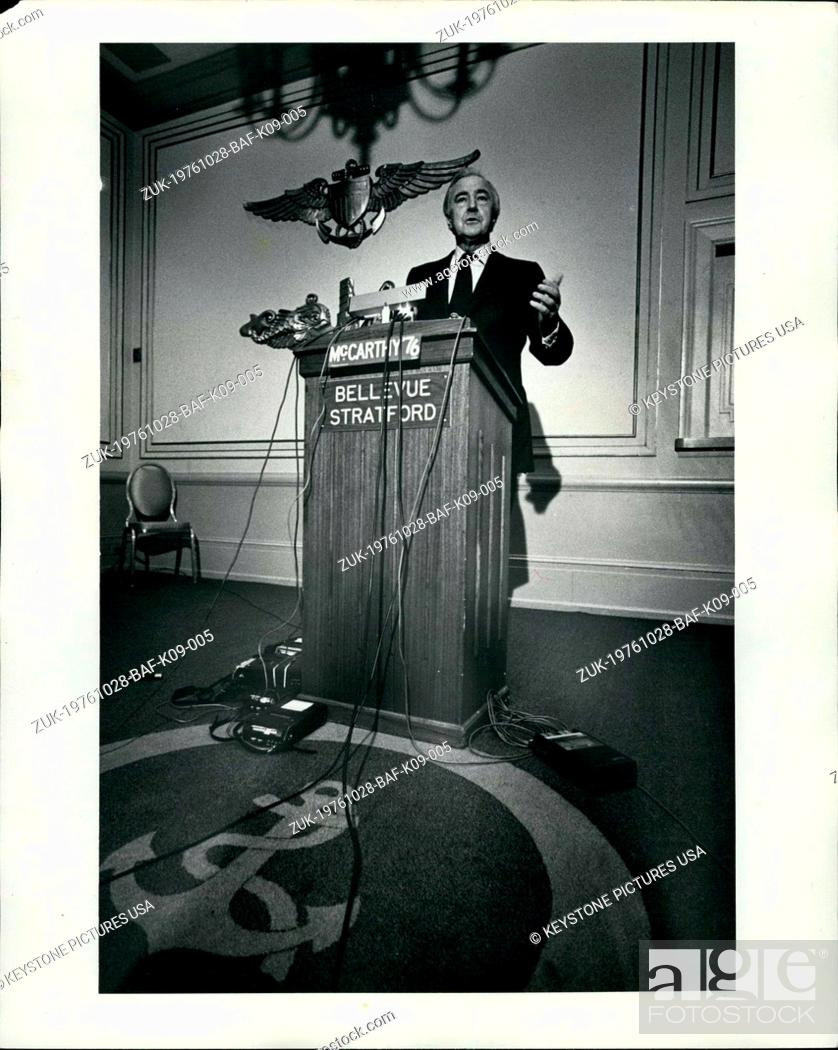 Imagen: Oct. 28, 1976 - Presidential Candidate for the Independence party, Eugene McCarthy, during a Press Conference held at the Bellevue Stratford Hotel in.