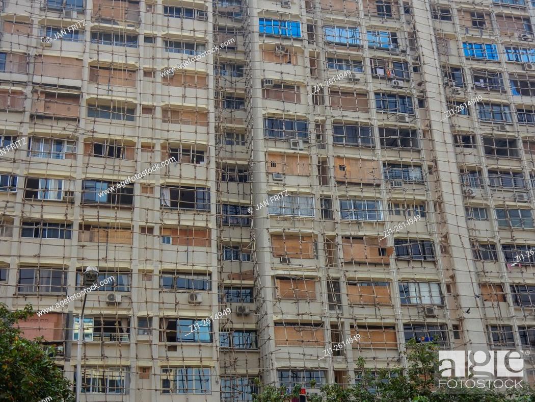 Imagen: aged appartment building in Delhi, India.
