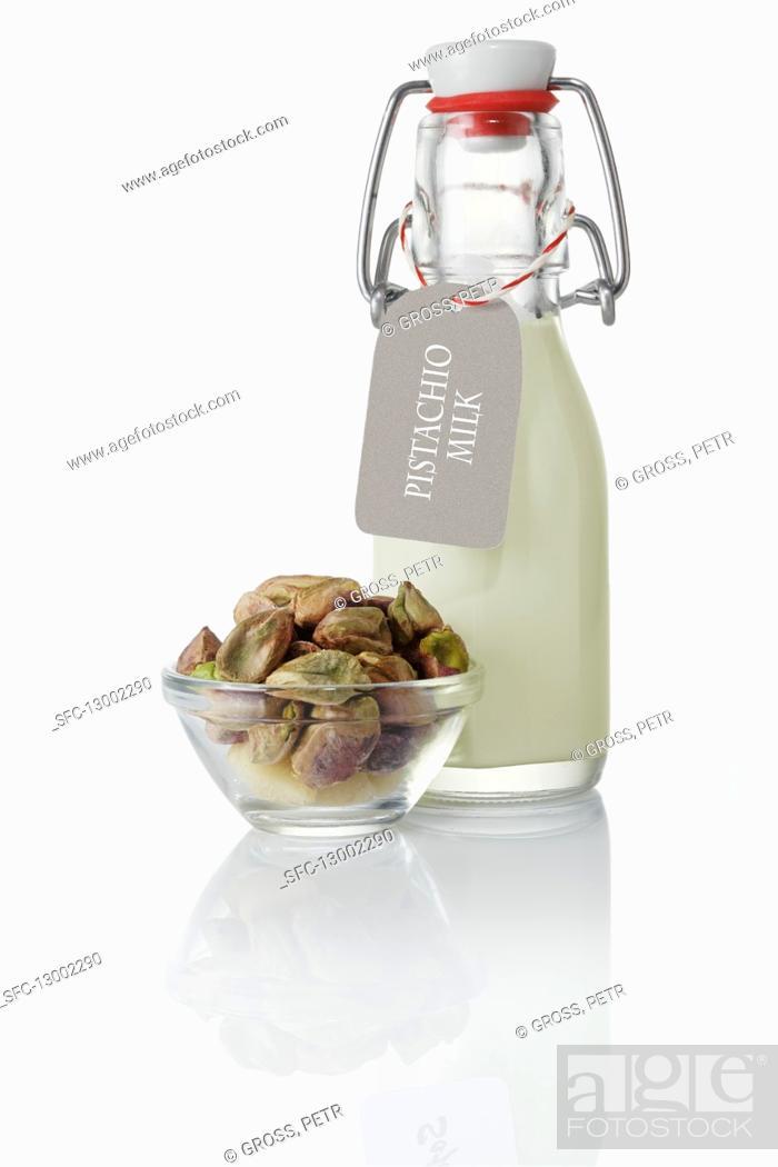 Imagen: Pistachio drink and pistachio nuts.