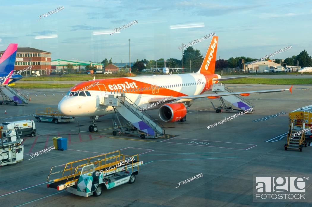 Stock Photo: Airbus A320-214 G-EZUT EasyJet.