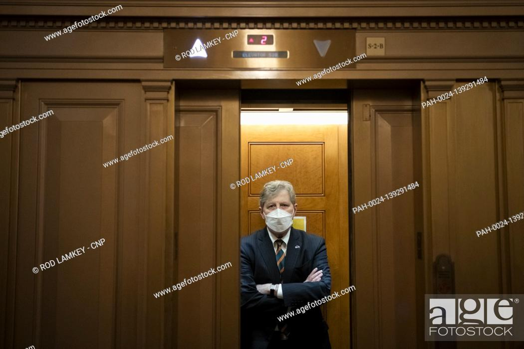 Imagen: United States Senator John Neely Kennedy (Republican of Louisiana) boards an elevator as he makes his exit following a procedural vote prompted by United States.