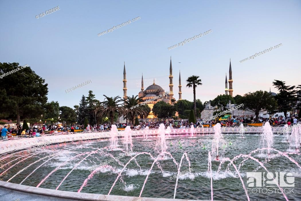 Imagen: ISTANBUL,TURKEY-JUNE 11,2017:Night view of Sultanahmet Mosque with fountain in the foreground, Sultanahmet Park, Istanbul, Turkey.