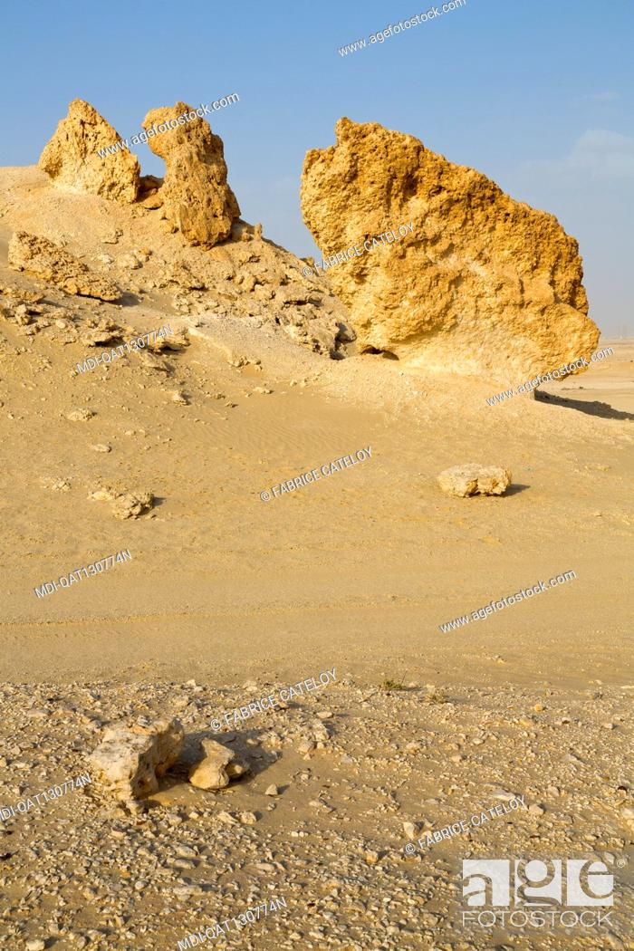 Imagen: Qatar - Around Zekreet - Limestone concretions in the desert.