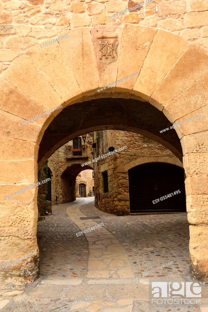 Photo de stock: arch of main square of the old town of medieval village of Pals, Girona province, Catalonia, Spain.