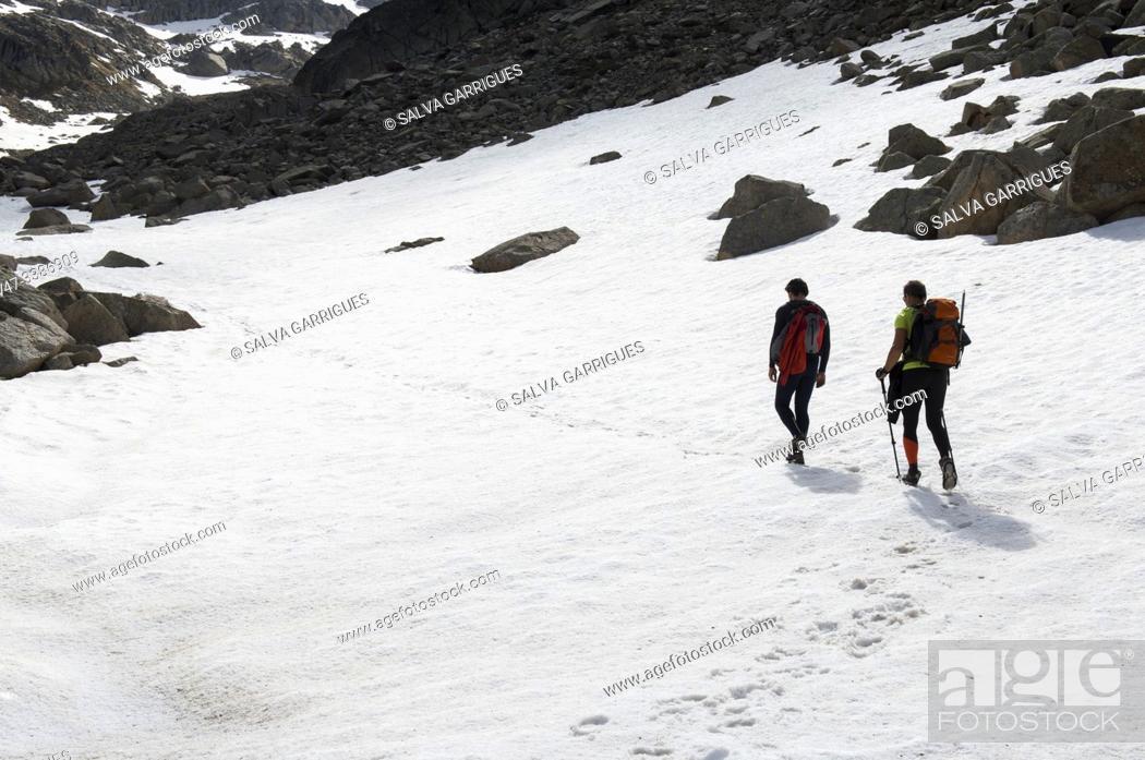 Stock Photo: Mountaineers ascending to the peak of Vallibierna, Huesca, Aragon, Spain.