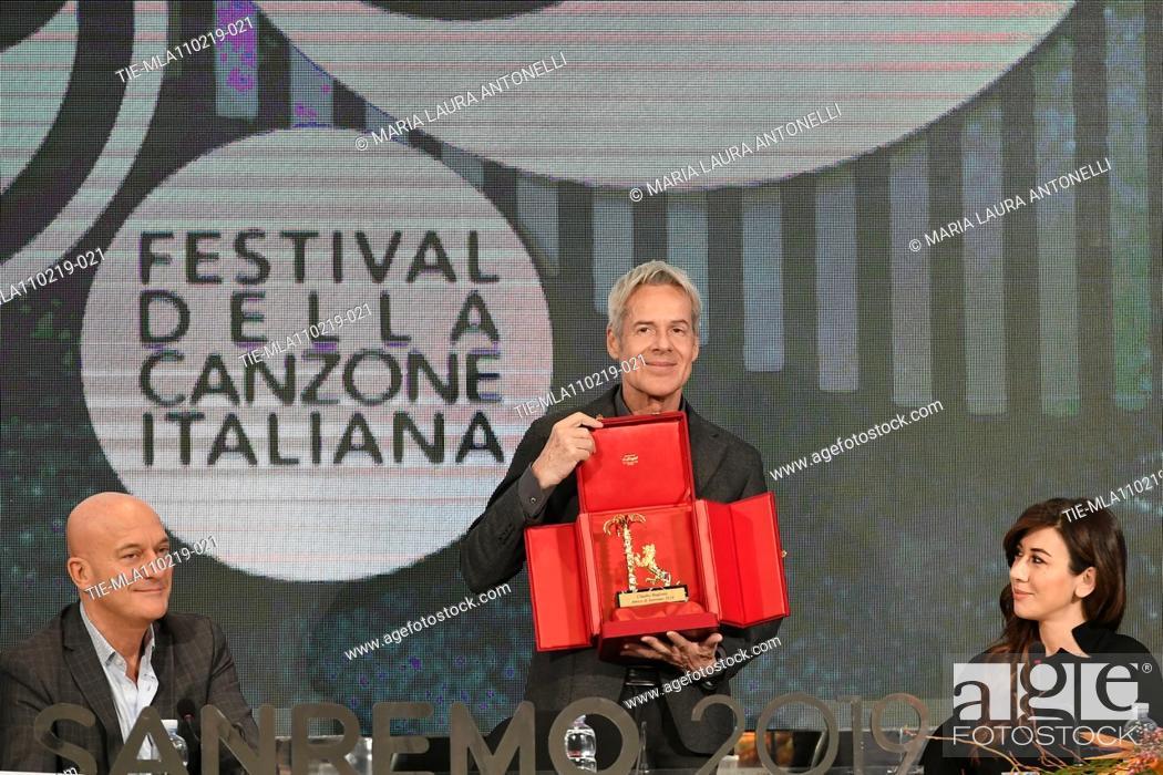 Imagen: Claudio Bisio, Claudio Baglioni shows the 'Amico di Sanremo ' Award (Friend of Sanremo), Virginia Raffaele during the final press conference of 69th Sanremo.