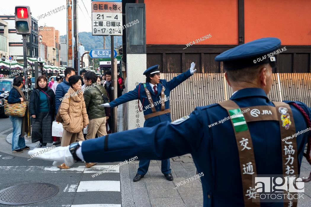 Imagen: 23. 12. 2017, Kyoto, Japan, Asia - Traffic wardens are seen regulating the flow of traffic at an intersection in Kyoto's old city.