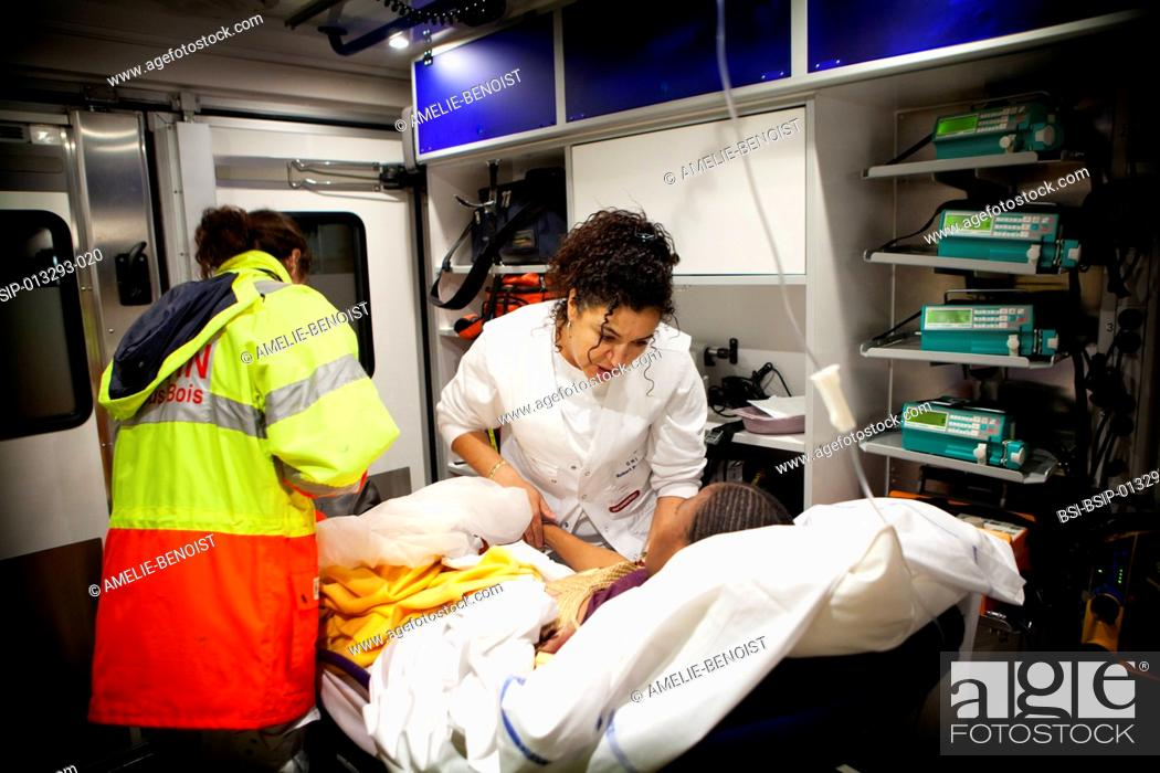 Imagen: Reportage on Robert Ballanger Hospital's emergency medical team in Aulnay-Sous-Bois, France. A nurse and doctor treat a patient in the emergency vehicle.