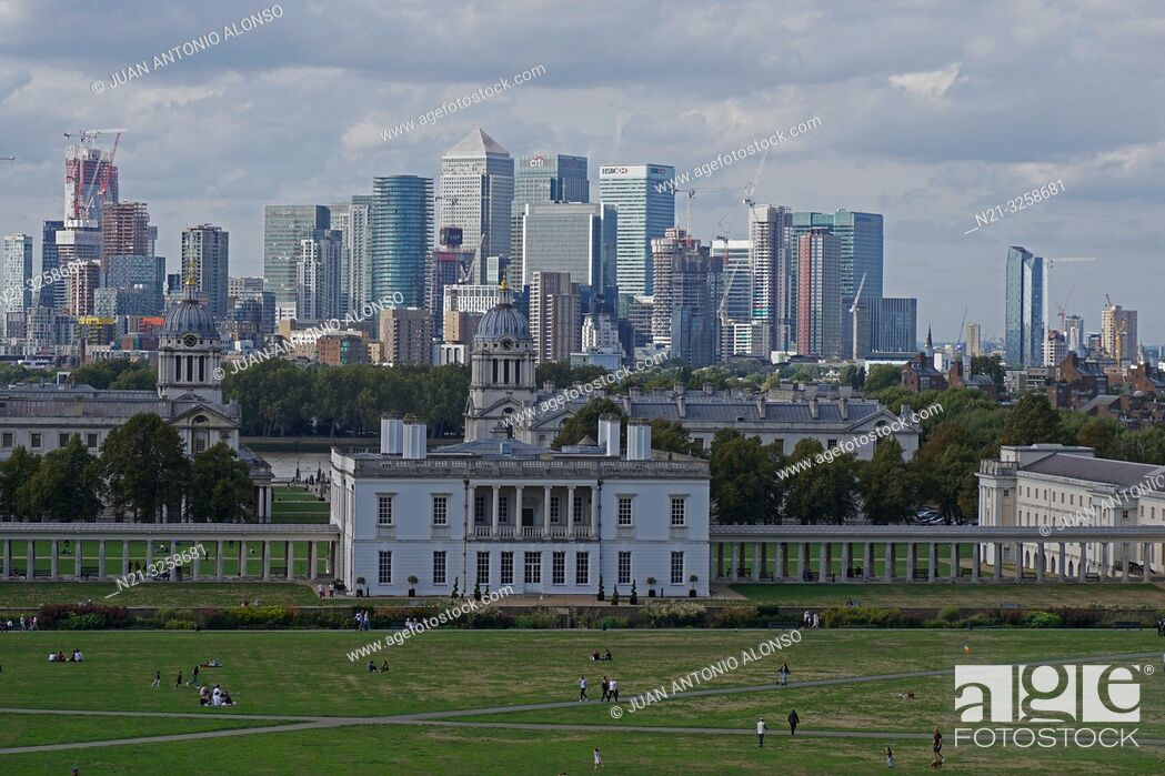 Imagen: Canary Wharf business area and the National Maritime Museum from the Greenwich Observatory. London, England, Great Britain.