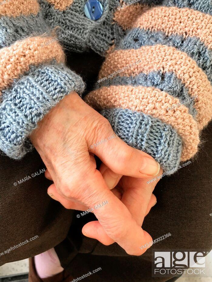 Imagen: Old woman's hands.