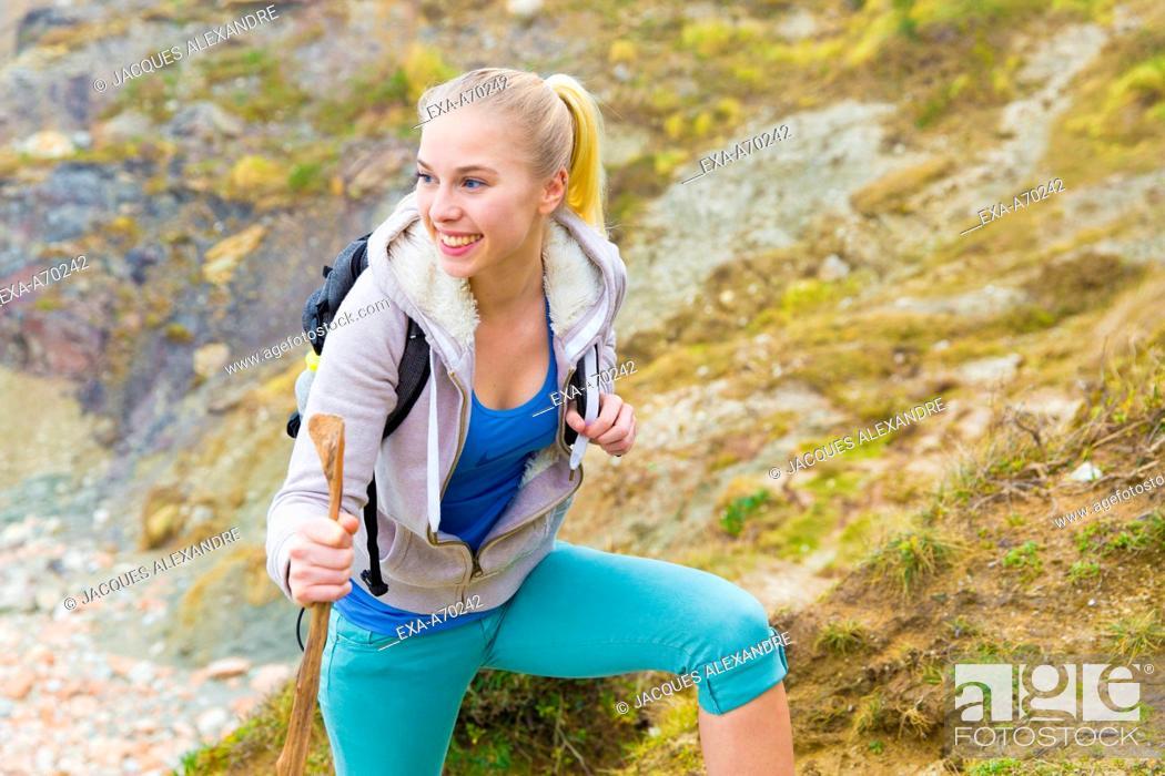 Imagen: Woman hiking in mountain.