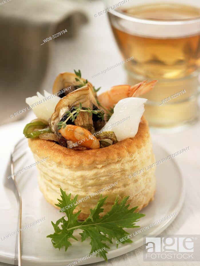 Stock Photo: Tartaleta de gambas, bacalao, champinones y queso rallado.