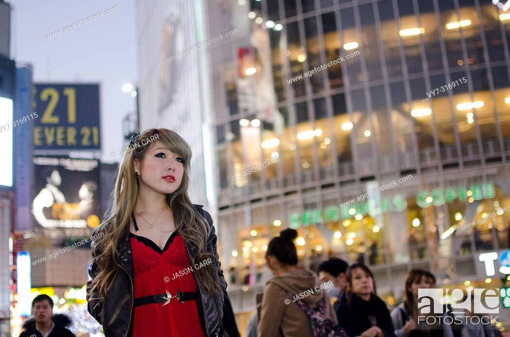 Imagen: Japanese Girl poses on the street in Shibuya, Japan. Shibuya is a town which young people hang out and go shopping.