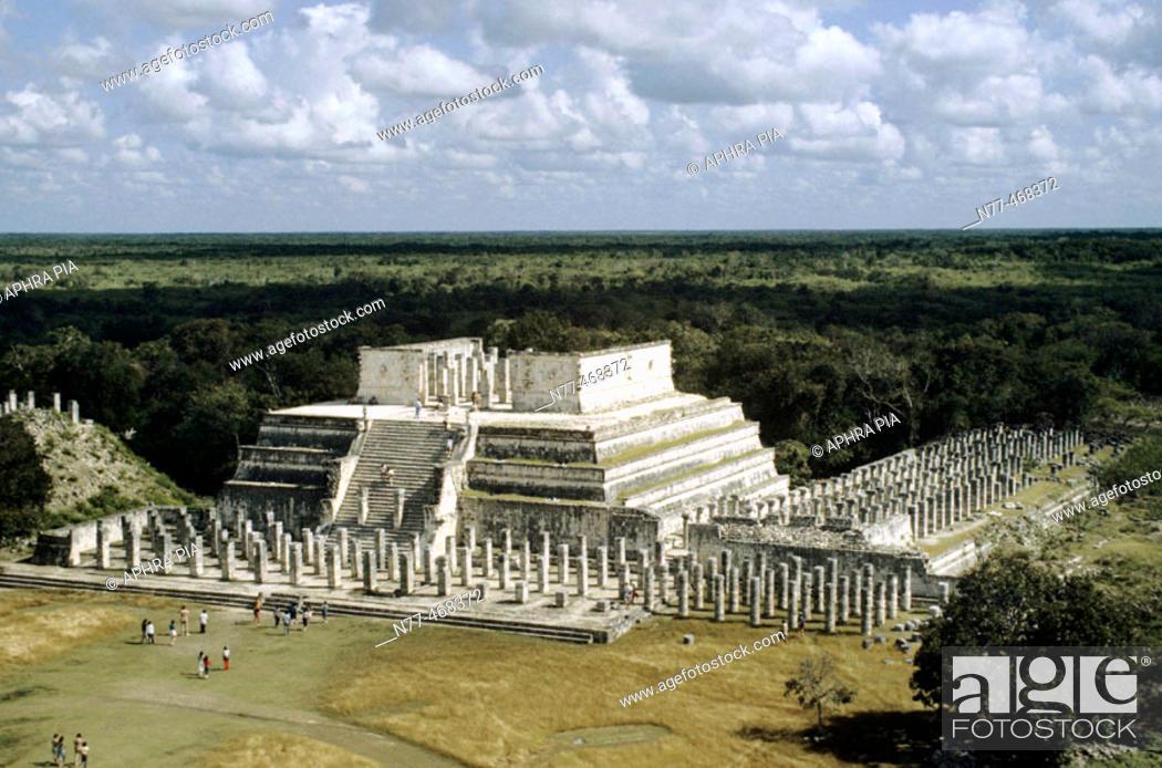 Photo de stock: Temple of Warriors. Maya Architecture /Toltec influence. Chichen Itza, Yucatan, Mexico.