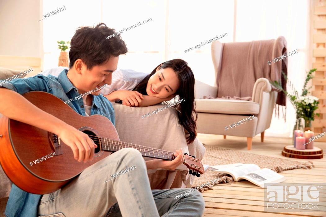 Imagen: Young man singing to his girlfriend.