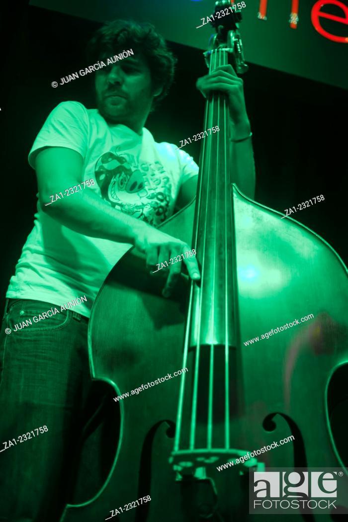 Imagen: BADAJOZ, SPAIN. SEPT 19: Musician plays cello at the Mercantil live music concert hall, SEPTEMBER 19, 2011 in Badajoz, Spain.