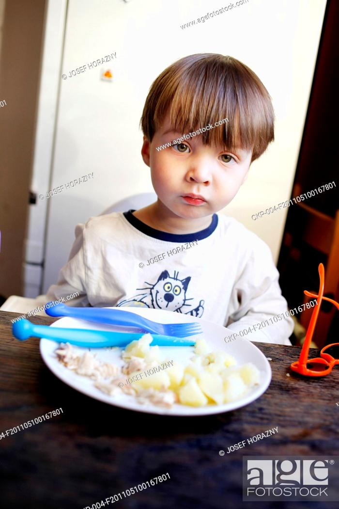 Imagen: boy, baby, kid, child, childhood, foof, feed, snack, dinner, lunch, dish, eating, meal, eat.