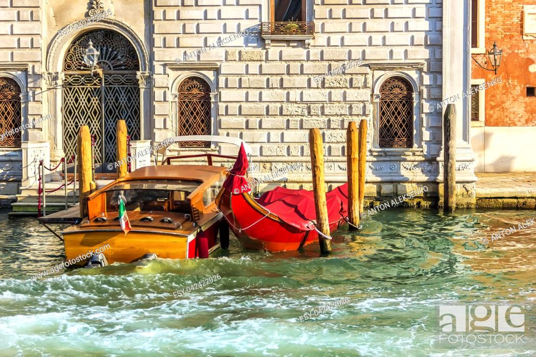 Imagen: Gondola and a boat in a canal of Venice.
