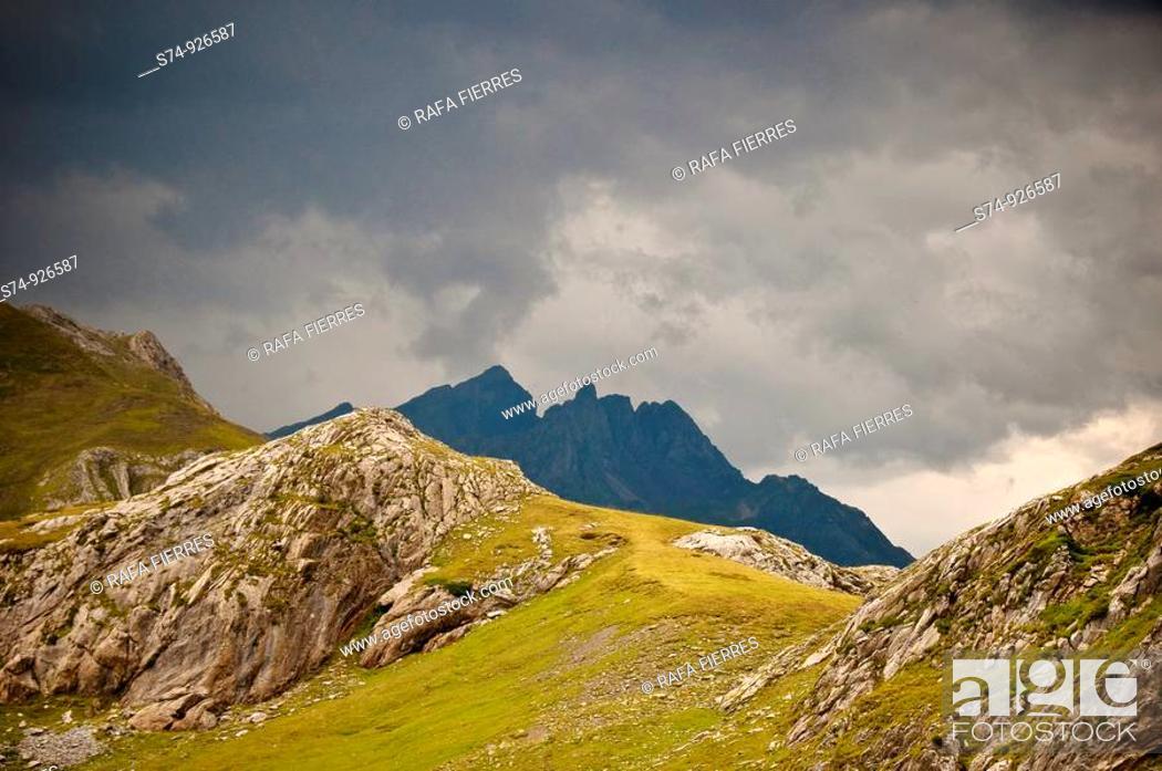 Stock Photo: Cordillera Pirenaica zona Formigal, Huesca, España.