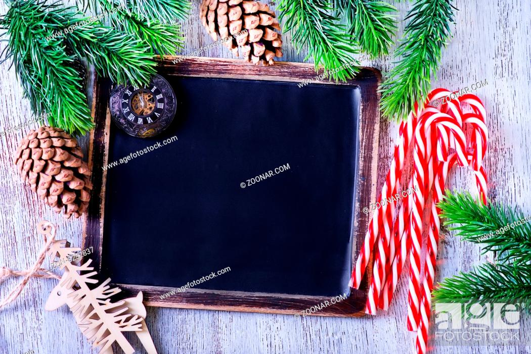 Imagen: black board and candy canes on a table.