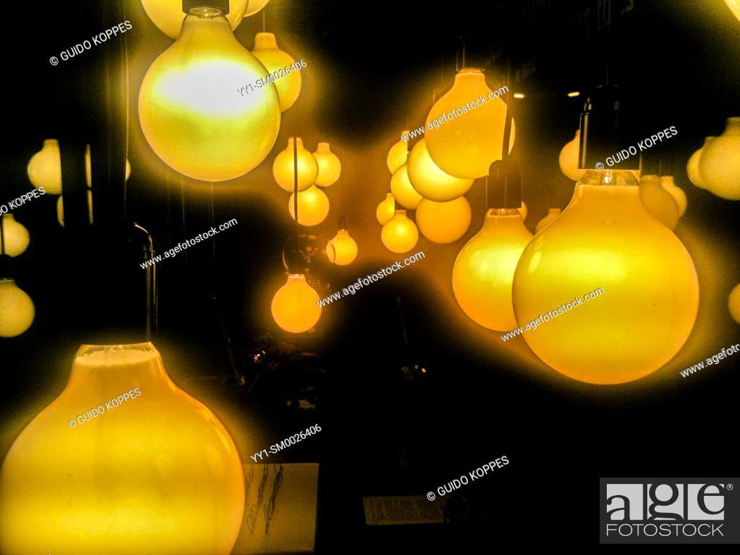 Imagen: Tilburg, Netherlands. Light Emitting Light Bulbs inside a galleries window at night.