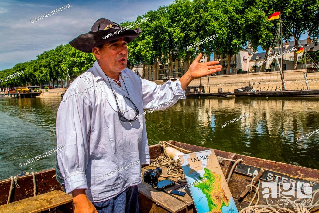 Imagen: NAVIGATION ON THE LOIRE ABOARD THE STERNE, A 'TOUE SABLIERE' (FLAT-BOTTOMED BARGE THAT EXTRACTS SAND) WITH BERTRAND DESHAYES, ORLEANS, (45) LOIRET.