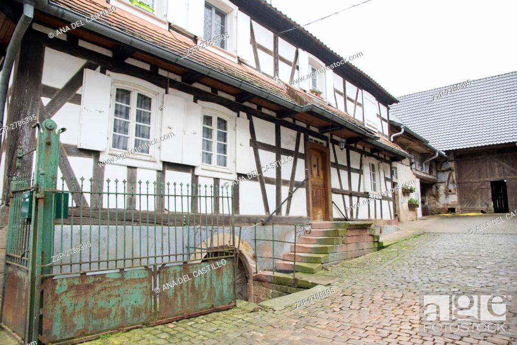 Imagen: Traditional half-timbered houses in the streets of the small town of Hunspach in Alsace. France.
