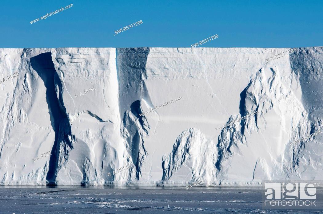 Imagen: edge of a table iceberg near the iceberg resting place Austasen, Antarctica.