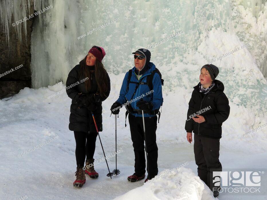 Imagen: Family of three in the Maligne Canyon, Jasper, Alberta, Canada in winter.