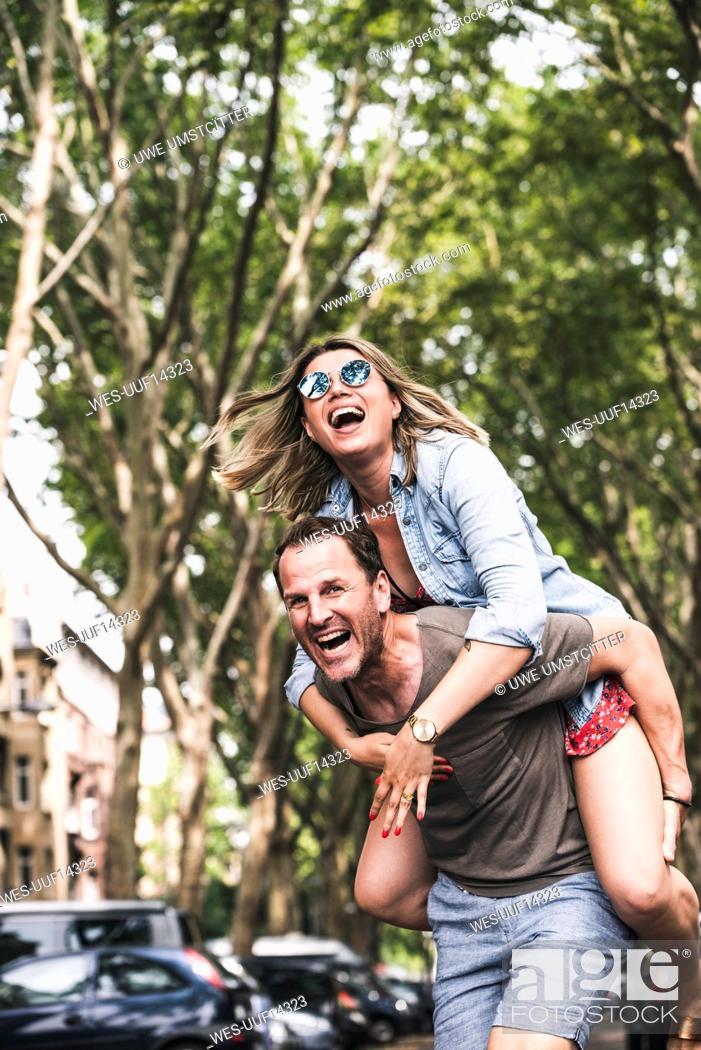 Imagen: Portrait of carefree couple having fun outdoors.