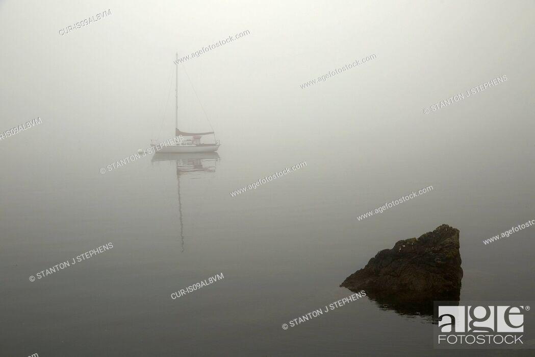 Imagen: Sailboat on misty lake, Orcas Island, Washington State, USA.