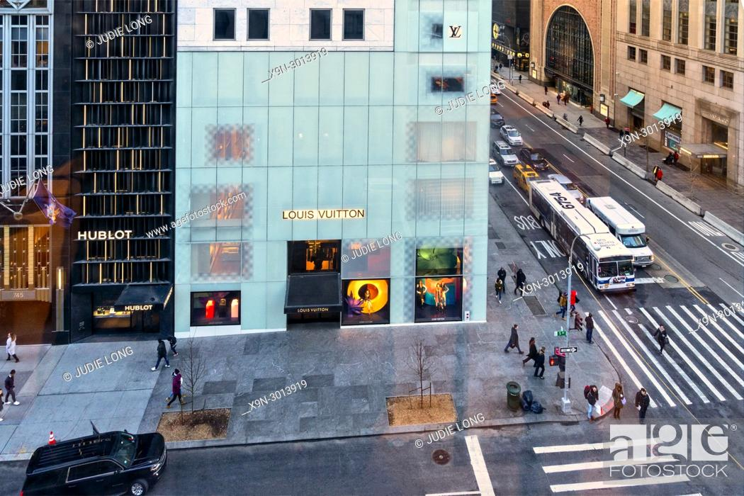 Imagen: New York City, Manhattan, Midtown. Looking Down at the Intersection of Fifth Avenue and East 57th Street.