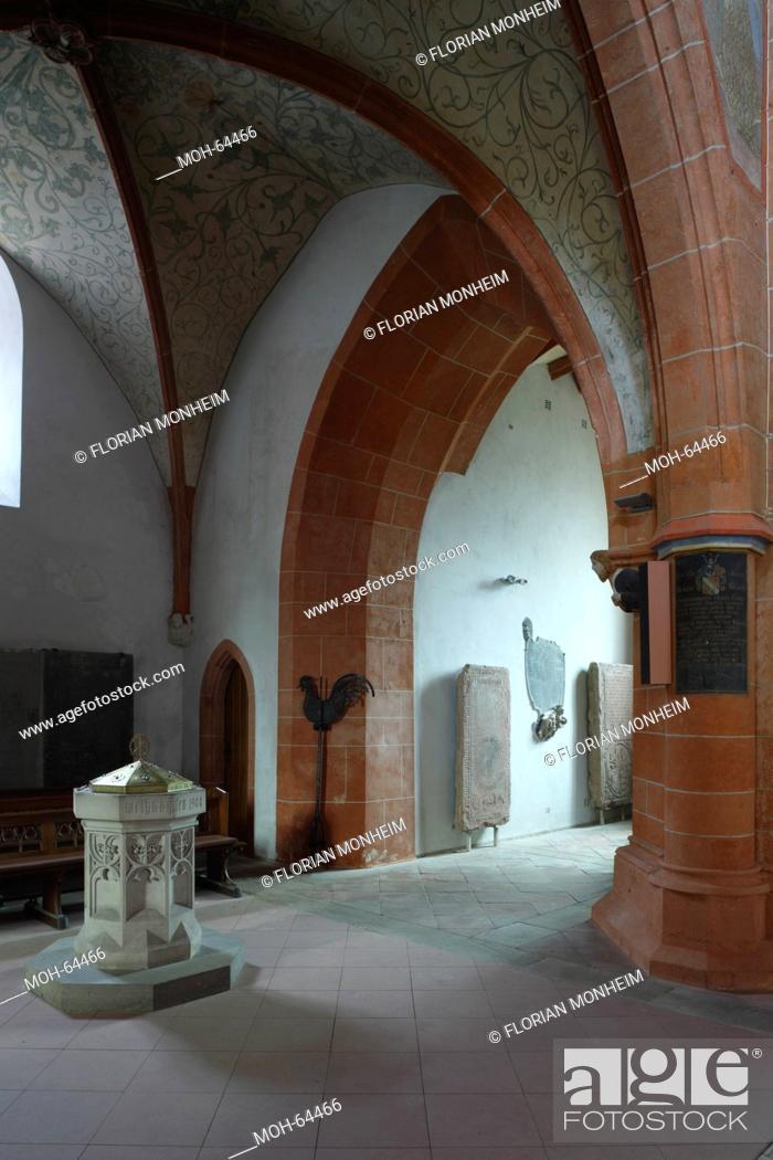 Stock Photo: Unter dem Westturm, Taufbecken und Eingang zur nördlichen Turmtreppe.