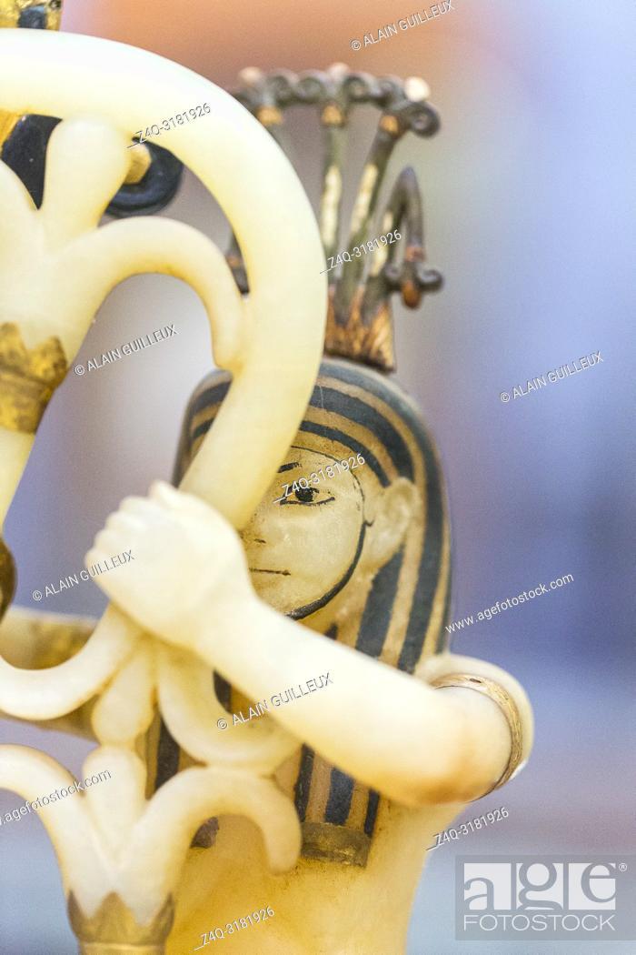 Imagen: Egypt, Cairo, Egyptian Museum, Tutankhamon alabaster, from his tomb in Luxor : Composite perfume vase, upon openwork pedestal.