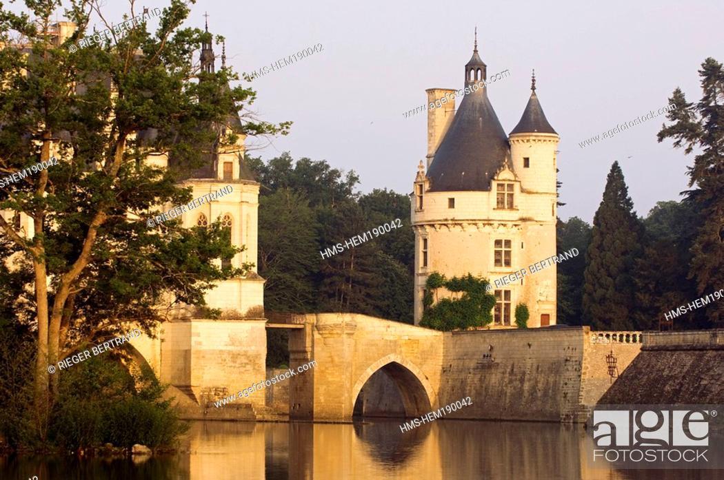Stock Photo: France, Indre et Loire, Chateau de Chenonceau spanning Cher River.