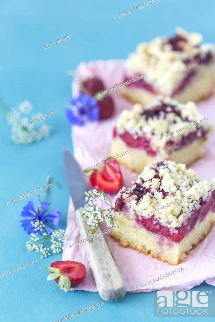 Photo de stock: Slices of a vegan strawberry yeast cake on a plate.
