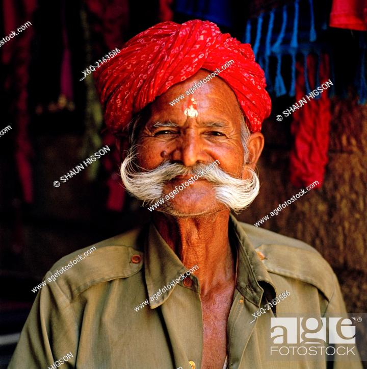 Imagen: Man in Jaisalmer in Rajasthan in India in South Asia.