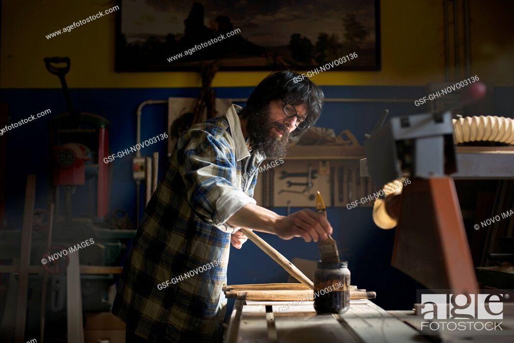 Imagen: Woodworker Applying Varnish to Wood.