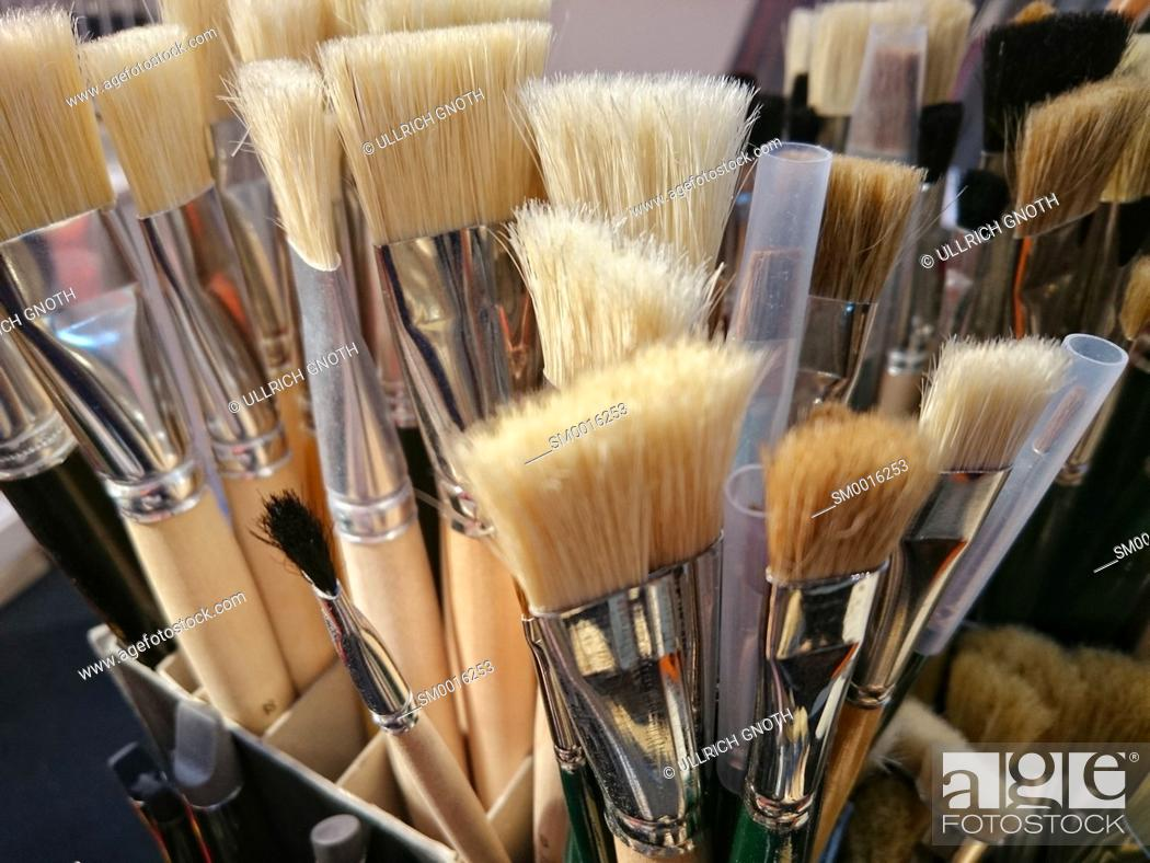 Photo de stock: A set of various paint brushes.