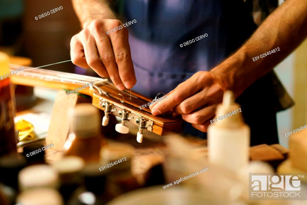 Imagen: Lute maker shop and classic music instruments.