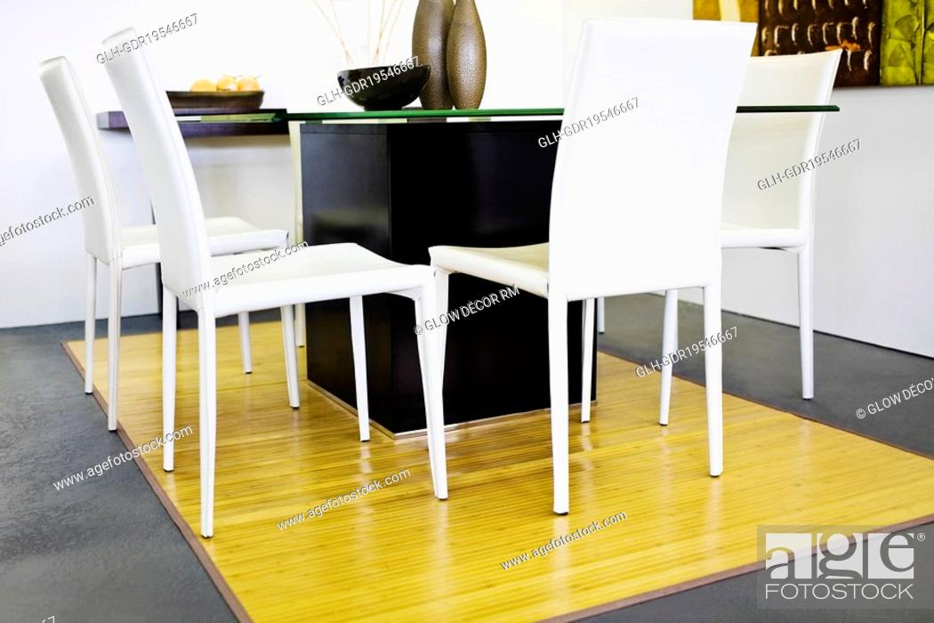 Photo de stock: Chairs with a table in a living room.