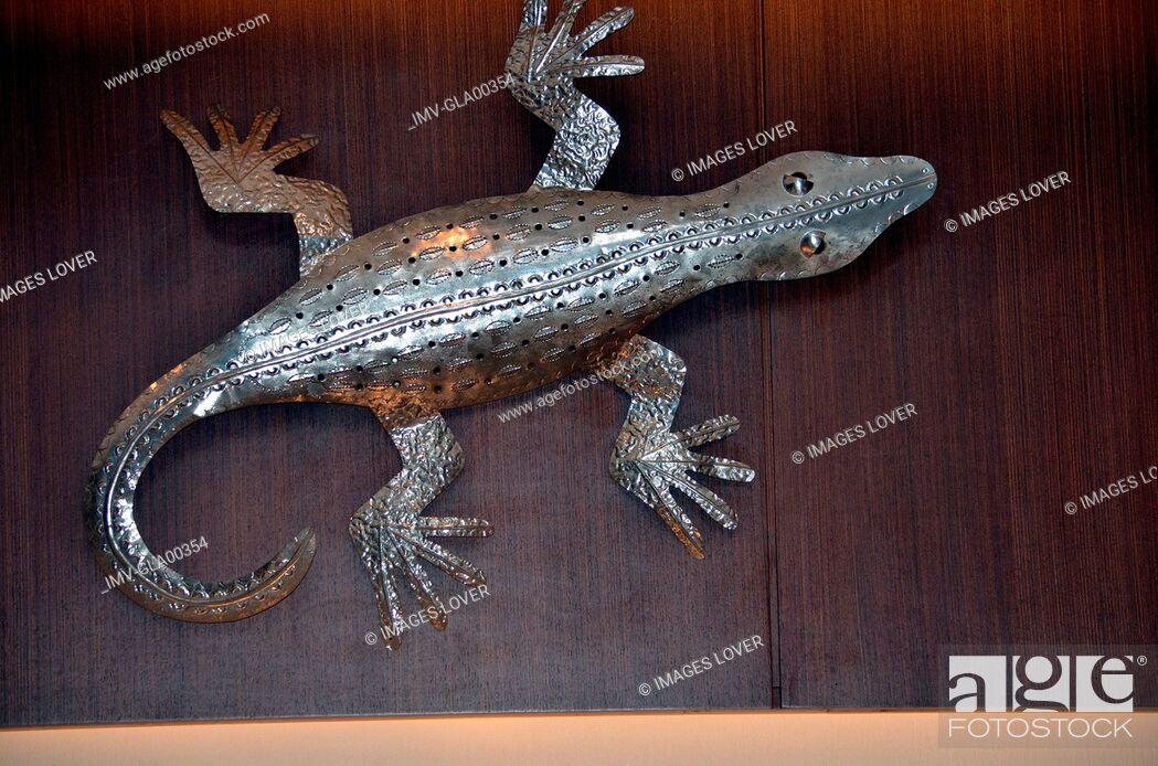 Imagen: Animal representation of Lizard on table.