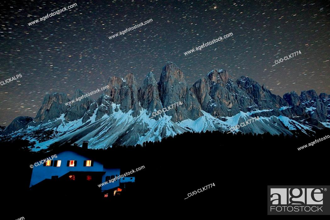 Imagen: Starry sky landscape over the Odle from the hut Malga Glatsch, Funes Valley, Dolomites, Trentino-Alto Adige, Italy, Europe.