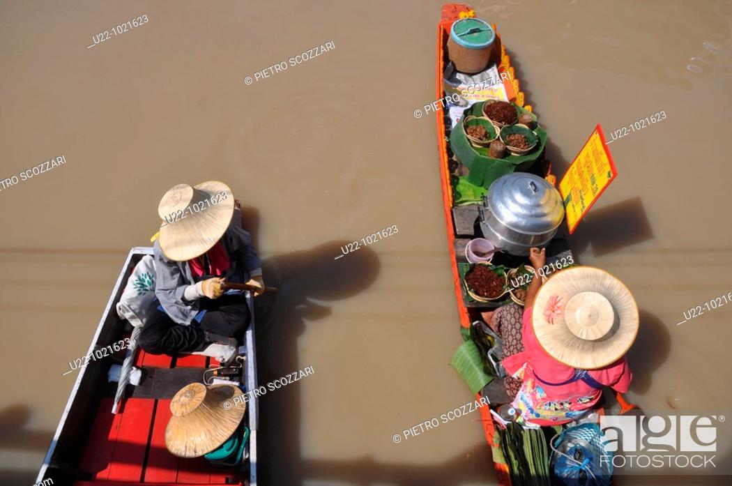 Stock Photo: Pattaya (Thailand): canoes at the local Floating Market.