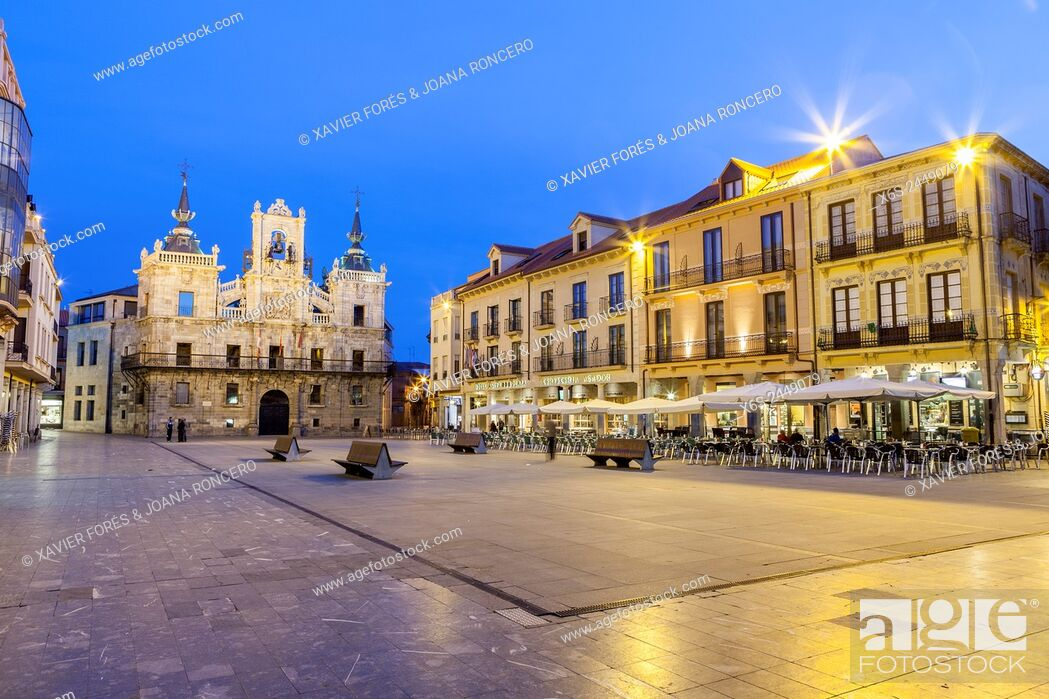 Imagen: Townhall and Mayor Square in Astorga, Way of St. James, Leon, Spain.